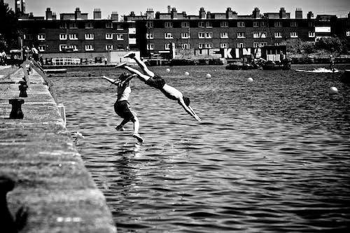 balıklama dalmak, dalmak, ergen, siyah ve beyaz içeren Ücretsiz stok fotoğraf
