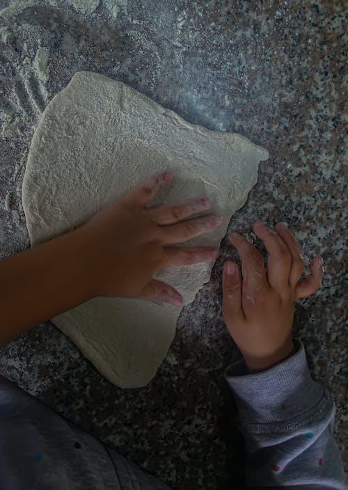 Foto d'estoc gratuïta de cuinant al forn, fent al forn, infant, mans