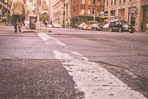 人, 人行道, 十字路口, 城市 的 免费素材照片