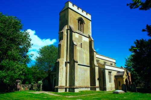 Foto profissional grátis de capela, catedral, céu azul, céu de brigadeiro