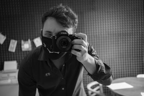 Gratis lagerfoto af ansigtsmaske, covid-19, fotograf, gråtoneskala