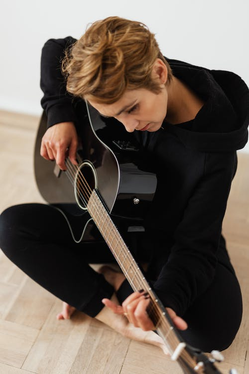 Immagine gratuita di acconciatura, chitarra, chitarra acustica, chitarrista