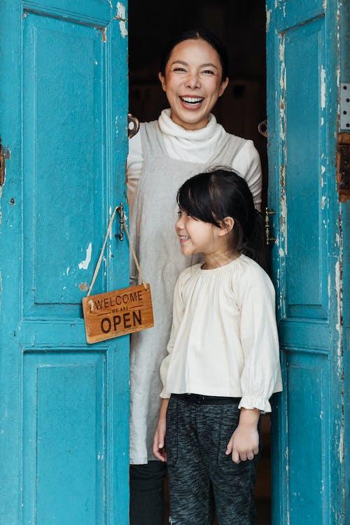 Ingyenes stockfotó ajtó, áll, álló, arckifejezések témában