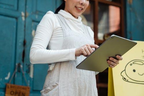 Foto profissional grátis de aparelho, avental, comprimido, computador tablet