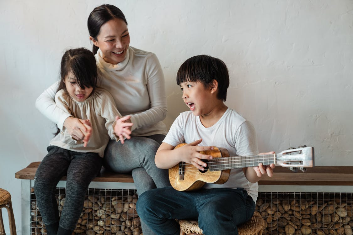 小編建議父母應盡力向孩子付出陪伴性的愛,因為大部分斯德哥爾摩症候群的受害者在童年時無法處於愛的環境生長