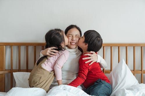 คลังภาพถ่ายฟรี ของ การจูบ, การชี้, การพักผ่อนหย่อนใจ, การอบรมเลี้ยงดู