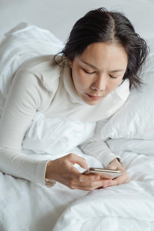 Fotos de stock gratuitas de acostado, cama, comunicación, dispositivo