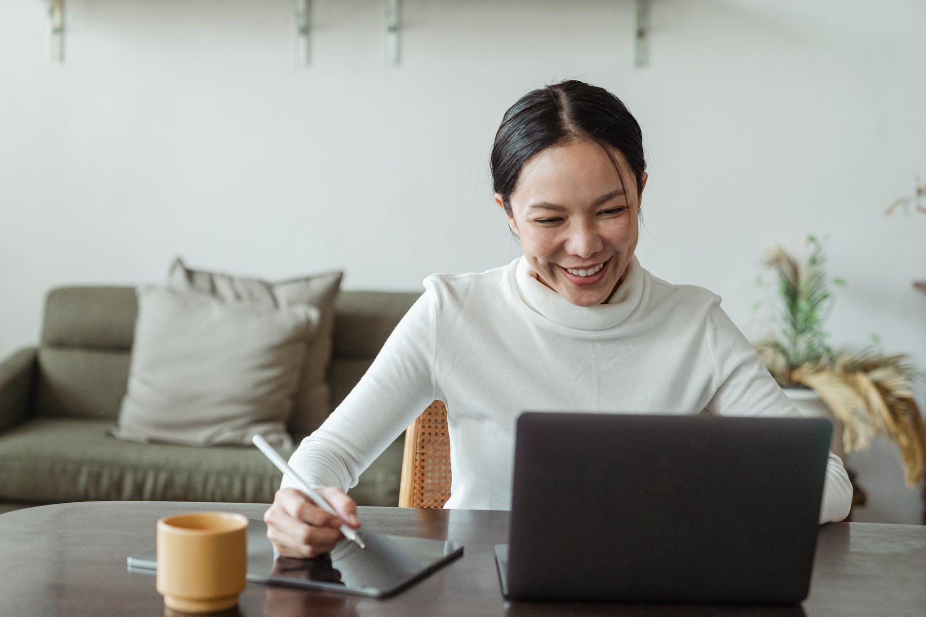 Bandingkan polis melalui broker asuransi secara online sebelum membeli