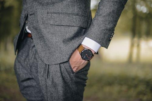 Kostenloses Stock Foto zu action, anzug, armbanduhr, bäume