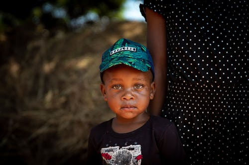 Gratis stockfoto met aanbiddelijk, cap, ernstig, gekleurde jongen