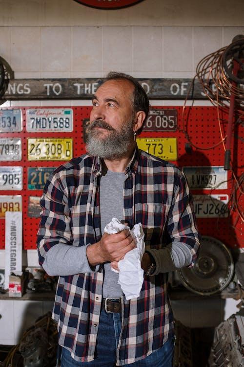 adam, araba lisansı, araba servisi, araba tamircisi içeren Ücretsiz stok fotoğraf