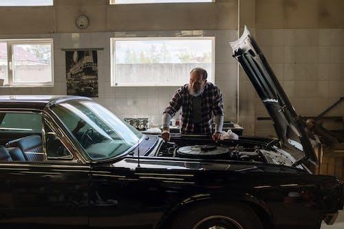 adam, araba, araba servisi, araba tamircisi içeren Ücretsiz stok fotoğraf