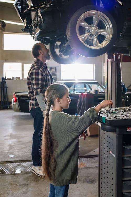 aile, araba, araba servisi, araba tamircisi içeren Ücretsiz stok fotoğraf
