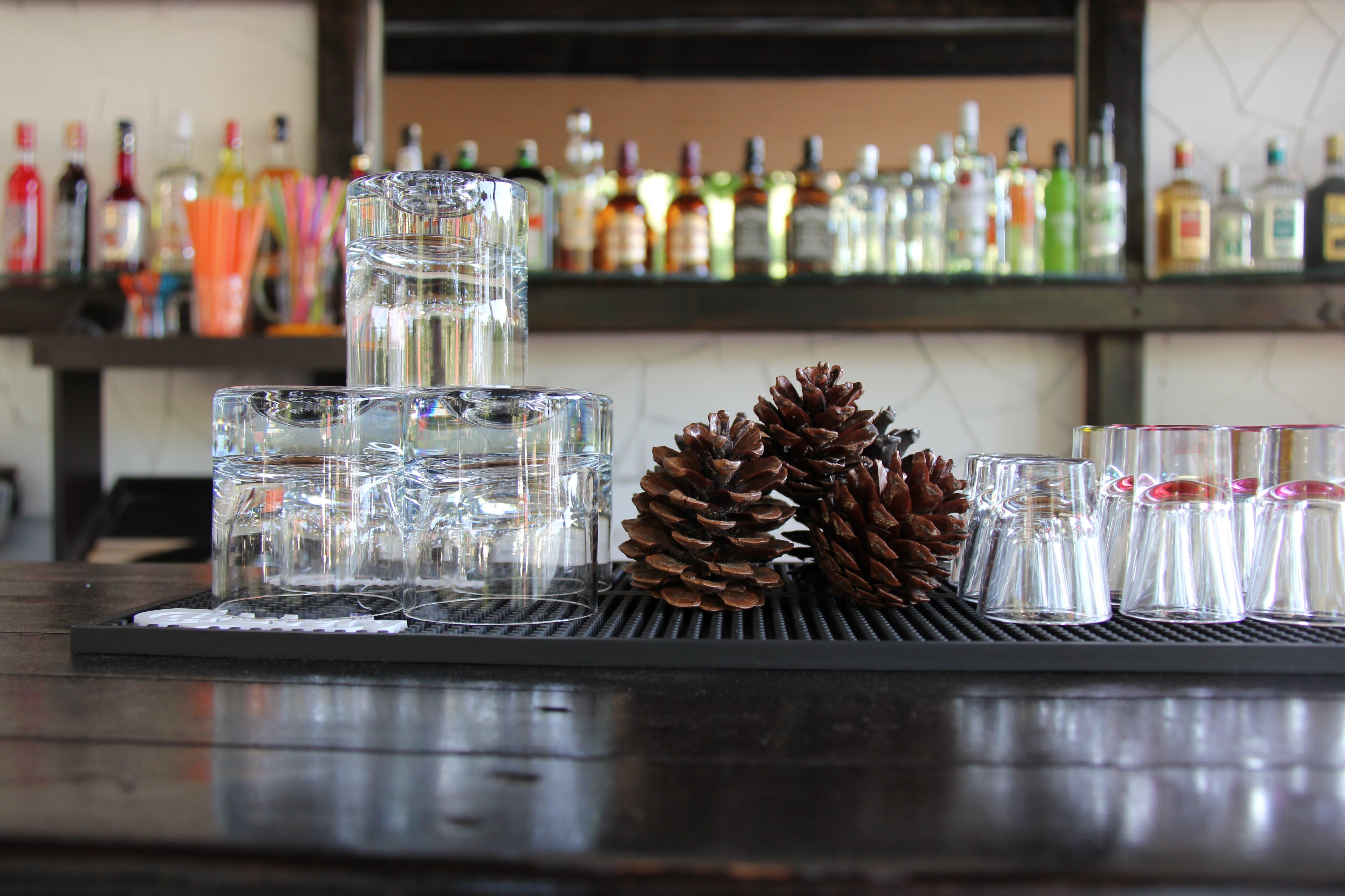 Základová fotografie zdarma na téma alkohol, bar, koktejl, koktejlové sklenice