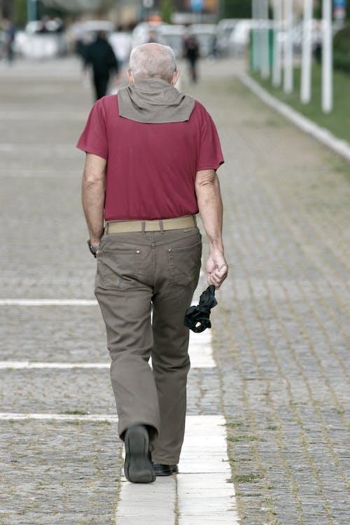 Бесплатное стоковое фото с мостовая, пожилой мужчина, старик, ходьба