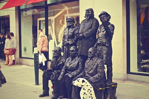 Kostnadsfri bild av gatukonstnärer, stad, stående, statyer