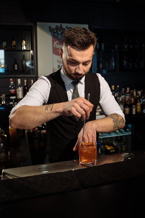 Бесплатное стоковое фото с алкогольный напиток, бар, бармен
