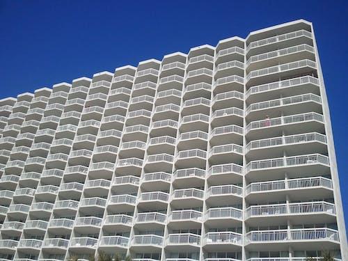 Gratis arkivbilde med arkitektonisk design, arkitektur, balkong, blå himmel