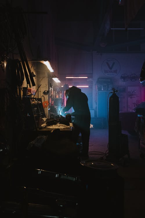 Darmowe zdjęcie z galerii z auto tech, elektryczny, garaż, jedna osoba