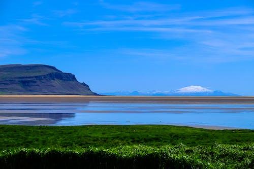 Gratis arkivbilde med blå himmel, dagslys, fjell, gress