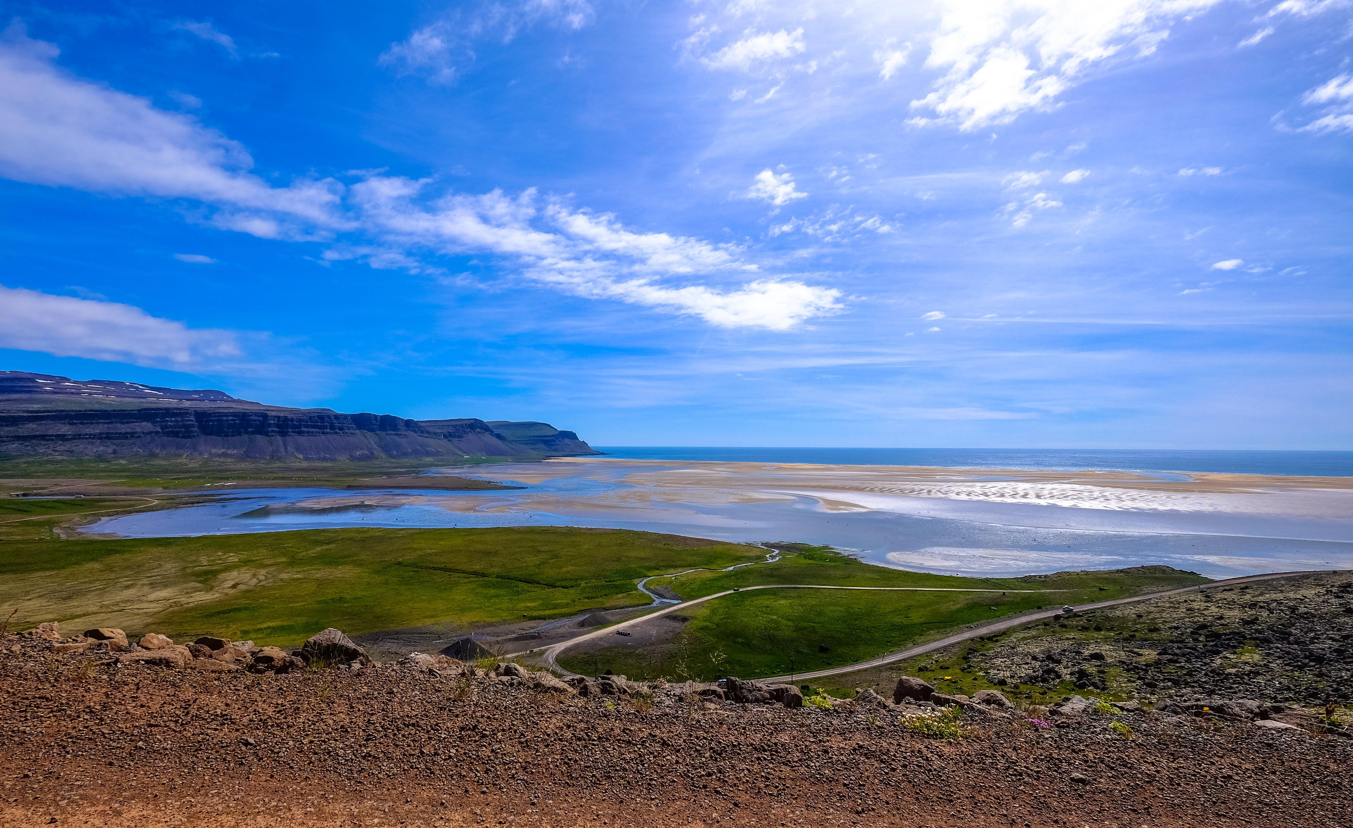 bulutlar, çakıl Taşları, çim, deniz içeren Ücretsiz stok fotoğraf