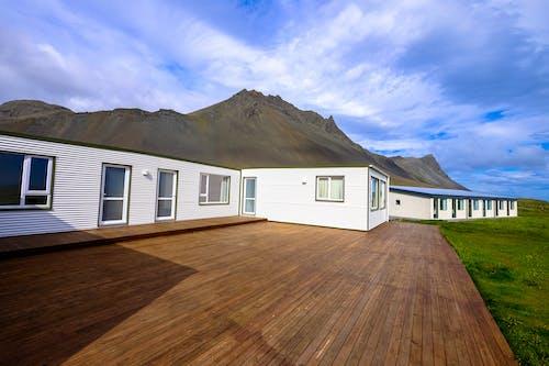 Gratis stockfoto met architectuur, balkon, berg, bossen