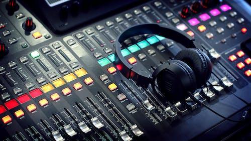 Foto d'estoc gratuïta de àudio, auricular, auriculars, banda en directe