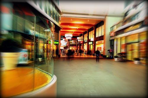 alışveriş yapmak, aydınlatılmış, bina, bulanıklık içeren Ücretsiz stok fotoğraf