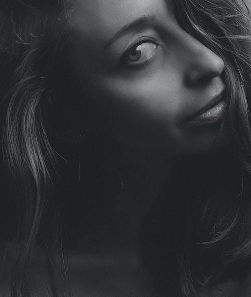 Darmowe zdjęcie z galerii z ciemny, cień, dziewczyna, femme