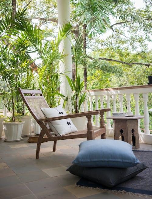 Gratis stockfoto met balkon, binnenplaats, houten stoel