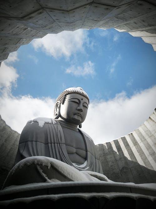 Mavi Gökyüzü Altında Beyaz Beton Heykelin Düşük Açı Fotoğrafı