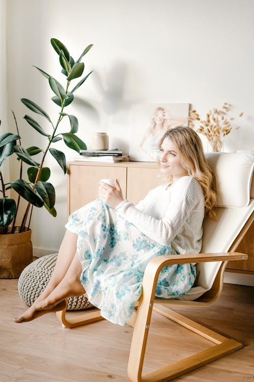 белый диван, белый интерьер, девушка의 무료 스톡 사진