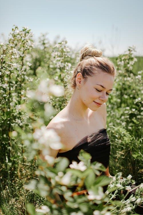 Imagine de stoc gratuită din blond, buze roz, câmp, cer albastru