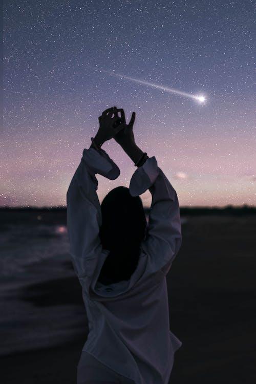 açık hava, adam, akşam, akşam karanlığı içeren Ücretsiz stok fotoğraf