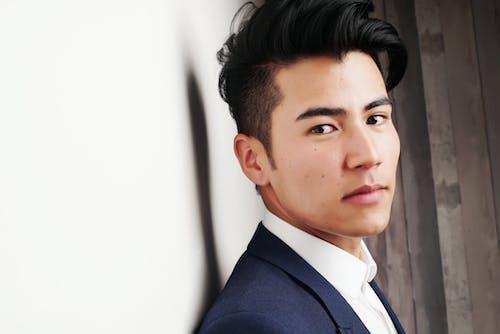 Бесплатное стоковое фото с азиат, бизнесмен, в помещении, выражение лица