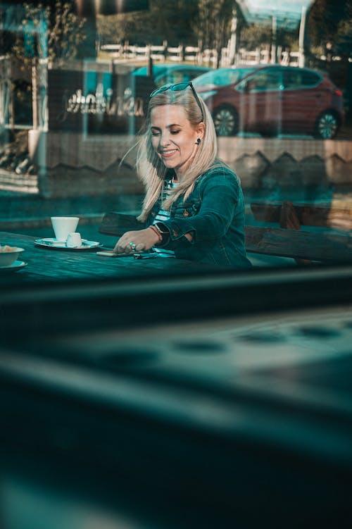 คลังภาพถ่ายฟรี ของ kavarna, krásnýúsměv, odlesk objektivu, úsmev