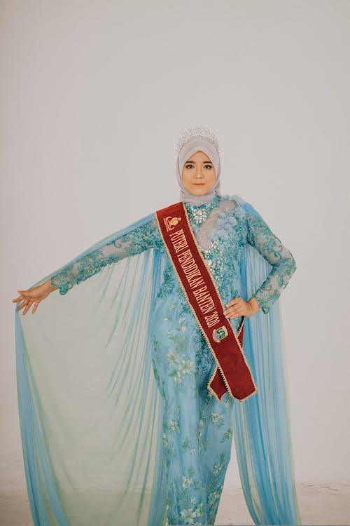 abiye elbise, ayakta, bakmak içeren Ücretsiz stok fotoğraf