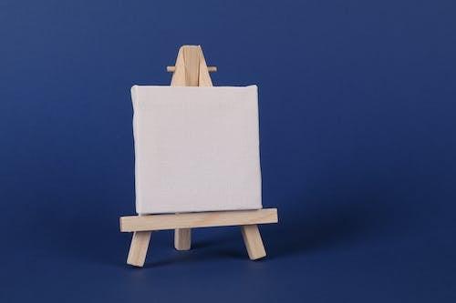 Ilmainen kuvapankkikuva tunnisteilla maalari maalausteline, sininen tausta, tyhjä kangas, valkoinen paneeli