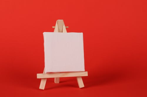Δωρεάν στοκ φωτογραφιών με άδειο πλαίσιο, ζωγράφος καβαλέτο, κόκκινο φόντο, λευκό καμβά