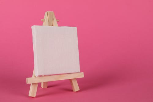 Ilmainen kuvapankkikuva tunnisteilla maalausteline, pinkki tausta, tyhjä paneeli, vaaleapunainen tausta
