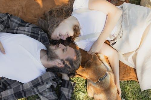 Безкоштовне стокове фото на тему «дивлячись один на одного, Закоханий, зверху»