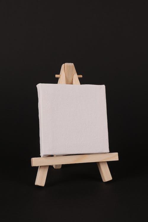 Ilmainen kuvapankkikuva tunnisteilla maalari maalausteline, musta tausta, valkoinen kangas