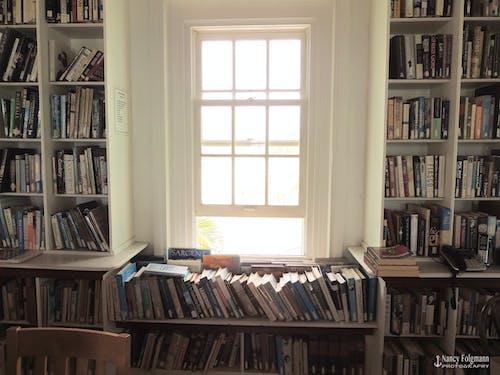 Ingyenes stockfotó kirakatablak kirakat, könyvek, könyvesbolt, könyvespolc témában