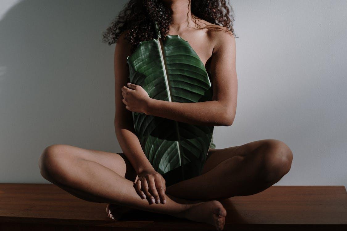 Бесплатное стоковое фото с Анонимный, африканская девушка, большой лист