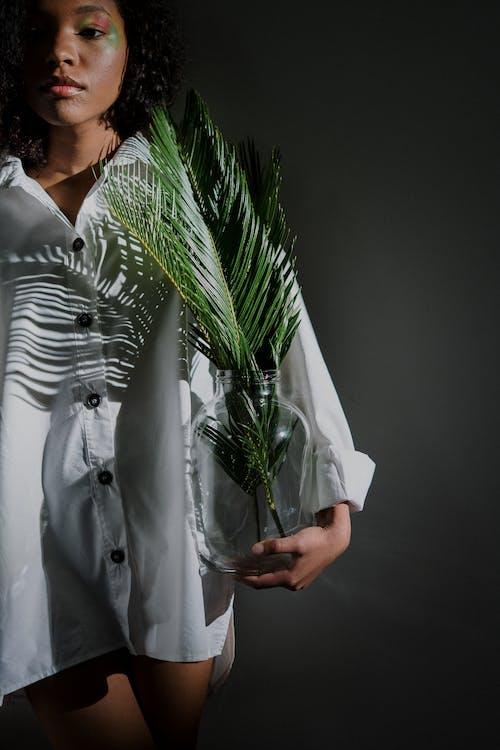 Darmowe zdjęcie z galerii z afrykańska dziewczyna, biała koszula, biała koszulka, bujny