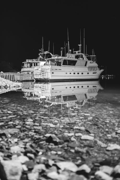 Darmowe zdjęcie z galerii z biały i czarny, czarno-biały, dok, kuter rybacki