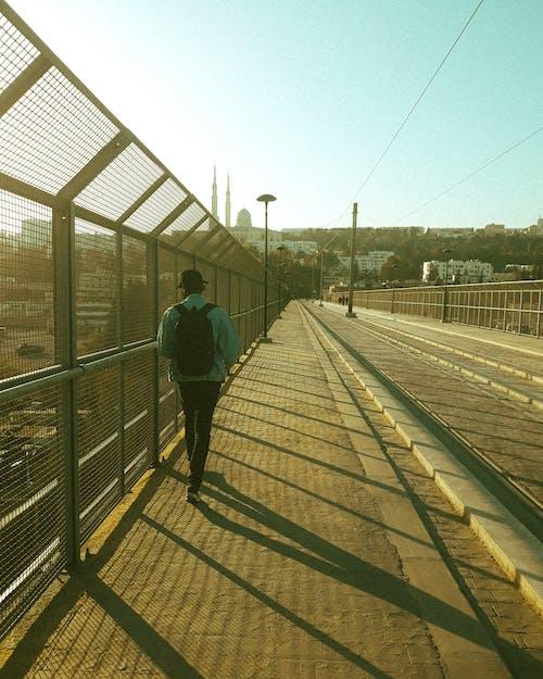 Foto d'estoc gratuïta de a l'aire lliure, baranes metàl·liques, camí, caminant