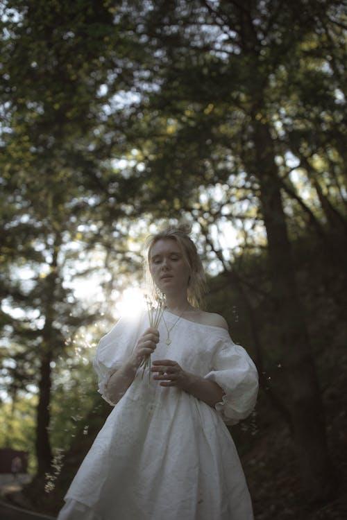 alan derinliği, ayakta, Beyaz elbise, bulanıklık içeren Ücretsiz stok fotoğraf