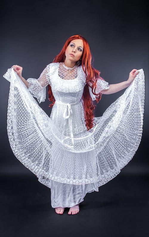 Darmowe zdjęcie z galerii z biała sukienka, długie włosy, dorosły