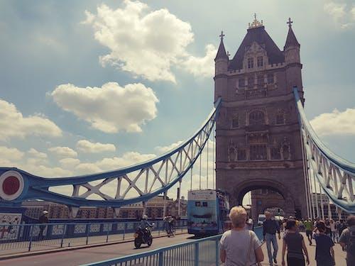 橋を渡るの無料の写真素材